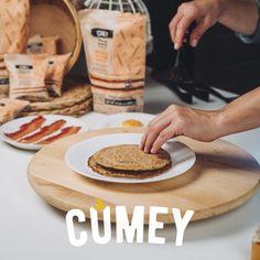 Llegó la hora feliz… ¡El momento de emplatar nuestros pancakes integrales #CUMEY con tocineta caramelizada y huevo!  ¿Quieres saber cómo prepararlos? Visita nuestro canal @pronalce en #Youtube. Youtube, Happy Hour, Do I Wanna Know, Oatmeal, Egg, Recipes, Youtubers, Youtube Movies