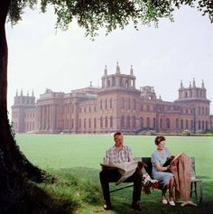 1957 John Albert Edward Spencer Churchill, the Duke of Marlborough and his wife Mary relax on a bench in the grounds of Blenheim Palace, the family seat in Oxfordshire. Photo by Slim Aarons/Getty Images Slim Aarons, Jet Set, Churchill, Serpieri, Sands Hotel, Blenheim Palace, Joan Collins, Old Money, England