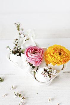 Easter Egg Flowers DIY #easter #flower #eggs #eastereggs #springflowers #springfloral #floral