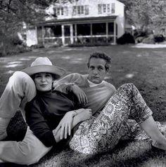 Paul y Joanne delante de su casa en Connecticut, 1965, fotografiados por Bruce Davidson