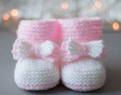 De 2400 bedste billeder fra tricot bebe et enfant på … Baby Knitting Patterns, Baby Patterns, Diy Crafts Knitting, Diy Crafts Crochet, Baby Boy Crochet Blanket, Knit Baby Dress, Baby Booties Free Pattern, Crochet Baby Booties, Crochet Hats For Boys