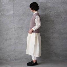 白のシャツワンピに白のパンツを合わせたナチュラルなコーディネート。まだ少し寒い気温なら、ベストを重ねてもかわいいですね。