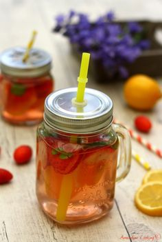 Eau aromatisée à la fraise, citron et basilic (detox water). Mini Desserts, Healthy Food Choices, Healthy Recipes, Infused Water, Kids Nutrition, Kitchen Colors, Eating Well, Healthy Cooking, Mason Jars