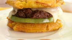 This plantain hamburger will make you never want to eat bread again. 16 Delicious Plantain Recipes That Will Make Your Life Better Boricua Recipes, Cuban Recipes, Plantain Recipes, Banana Recipes, Plantain Fritters, Mofongo Recipe, Shrimp And Sausage Pasta, Banane Plantain, Puerto Rico Food