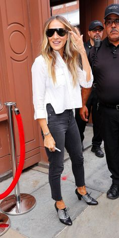 Sarah Jessica Parker gave us a casual look in Madewell jeans, a white button-up blouse, and sparkly heels. Style Casual, Casual Street Style, Casual Looks, My Style, Robert Downey, Downey Jr, Classy Outfits, Casual Outfits, Fashion Outfits