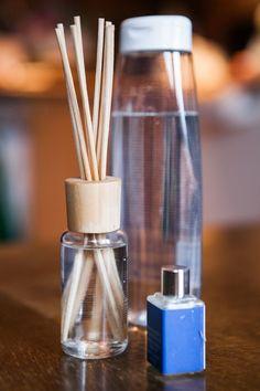 Líbí se vám, když hned po příchodu domů ucítíte oblíbenou vůni? Pak je nejvyšší čas, abyste si vyrobili některý z osvěžovačů vzduchu. Je to velmi snadné a levné! Shabby Chic Crafts, Home Hacks, Bath Bombs, Deodorant, Cleaning Hacks, Diffuser, Diy And Crafts, Essential Oils, Diy Projects