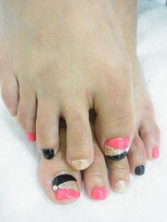 Cute pedicure, minus the gold i like silver better and the coral would be my hot pink red. Pedicure Nail Art, Pedicure Designs, Toe Nail Designs, Toe Nail Art, Acrylic Nails, Cute Toe Nails, Hot Nails, Pretty Nails, Hair And Nails