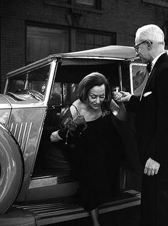 Gloria Swanson │ Vivian Maier, 1965    Fotos selected by www.designstraps.de  Berühmte Fotografen bekommen die ganz großen vor die Linse oder finden den einmaligen Moment, der ewig währt. Einmalige Fotos!