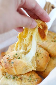 Garlic Butter Cheesy Crescent Rolls – amazing crescent rolls loaded with Mozzarella cheese and topped with garlic herb butter. Easy recipe that takes 20 mins!! | rasamalaysia.com