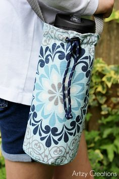Water-Bottle-Holder-with-Free-Pattern-Artzy Creations 14 I would cut up a cheap insulated shopping bag to line one of these to keep the bottle colder for longer. Water Bottle Carrier, Water Bottle Covers, Bottle Bag, Sewing Hacks, Sewing Tutorials, Sewing Patterns, Sewing Projects, Sewing Ideas, Diy Mode