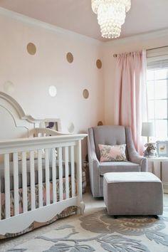 peinture rose poudré, plafonnier cristal, mur rose à pois dorés, lit bébé blanc
