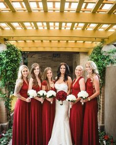 Madrinhas de vermelho lindonas combinando com o buquê da noiva!
