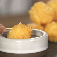 These Fried Cheese Balls are crunchy on the outside and gooey in the inside, perfect appetizer. Gourmet Appetizers, Potato Appetizers, Appetizer Recipes, Fried Cheese, Cheese Fries, Gluten Free Puff Pastry, Snacks Sains, Cheese Ball Recipes, Balls Recipe
