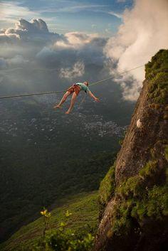 Brian Mosbaugh, do Moab Monkeys, realiza manobras de slackline na Pedra da Gávea (Rio de Janeiro/Brasil) Foto: The Grosby Group / The Grosby Group