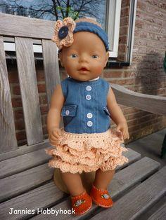 Jurkje met gehaakte ruches, eigen ontwerp. Voor de BabyBorn 43cm. Baby Born Clothes, Bitty Baby Clothes, Sewing Doll Clothes, Sewing Dolls, Beautiful Children, Beautiful Dolls, Doll Toys, Baby Dolls, Wellie Wishers