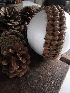 Met dit herfstweer zit ik vaak aan de keukentafel te knutselen Deze keer decoratie ballen gemaakt van dennenappels, leuk maar ook wel ee... Christmas Wood, Diy Christmas Gifts, All Things Christmas, Christmas Time, Acorn Crafts, Pine Cone Crafts, Pinecone Ornaments, Christmas Ornaments, Styrofoam Ball Crafts