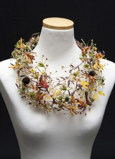 Necklace made from fresh flowers, wire and beads by Petra Konrad (Florist in Germany). Beautiful, do with wire and silk flowers. Deco Floral, Arte Floral, Floral Design, Collier Floral, Jewelry Art, Jewelry Design, Flower Jewelry, Body Adornment, Floral Necklace