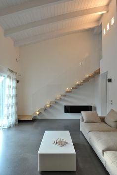 Realizzazioni: Soggiorno in stile in stile Moderno di Tecnoscale Interior Stairs, Interior Architecture, Interior Design, Master Suite Bedroom, Stairs In Living Room, Loft House, Modern Staircase, Minimalist Home, Living Room Designs