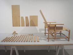 The red and blue chair / Gerrit Rietveld Diy Furniture Chair, Diy Chair, Furniture Making, Furniture Design, Mondrian, Bauhaus, Rietveld Chair, Upholstered Swivel Chairs, Ergonomic Chair