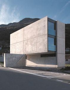 Stands on a old agricultural district of Bellinzona in the canton of Ticino in Switzerland, the Casa Grossi-Giordano is a private family house with geometric shape and concrete facade. Minimal Architecture, Concrete Architecture, Residential Architecture, Amazing Architecture, Contemporary Architecture, Interior Architecture, Luigi Snozzi, Concrete Houses, Built Environment