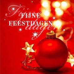 Mooie sfeervolle kerstkaart in rood met lichtjes als sterren en met foto van rode kerstbal.