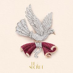 In its graceful flight, the dove bears a letter in traditional Mystery Set rubies. Each ruby is delicately positionned on rails, thus enabling the stone to be set without any visible prongs. This technique creates a harmonious and uninterrupted undulating movement. VanCleefArpels