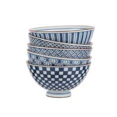 Von unseren Partnern in Japan aus 100% Keramik liebevoll von Hand gefertigt, begeistert unser Schalen-Set aus der 'Onuma' Kollektion im japanischen Design. Verziert mit verschiedenen geometrischen Mustern, zaubert das edle Geschirr einen Hauch von Asien in Ihre Küche.