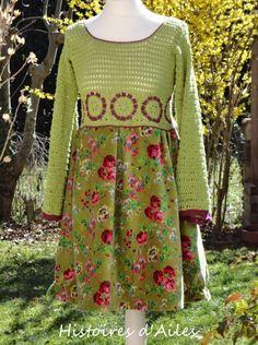 Voici ma petite robe bohème.... Je suis partie de ce morceau de velours fleuri que j'adore.... Mais que pouvais-je bien en faire???? J'ai finalement choisi de fabriquer le bas d'une robe. Il a fallu rechercher du coton assorti pour en crocheter le haut....