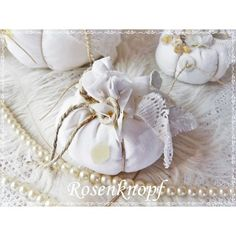 Passend zum Herbst hier ein kleiner weißer Kürbis im Shabby Stil, verziert mit all dem hübschen Tand das meinem Atelier inne wohnt♥