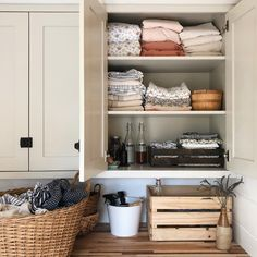 Inspiring Farmhouse Laundry Room Décor Ideas - Page 7 of 82 - House Inspiration Grey Laundry Rooms, Farmhouse Laundry Room, Laundry Room Storage, Small Storage, Small Shelves, Cozy House, Home Decor Inspiration, Decoration, Sweet Home
