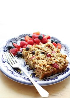 Summer Berries Baked Oatmeal + check out all the attached oatmeal recipes What's For Breakfast, Breakfast Dishes, Breakfast Recipes, I Love Food, Good Food, Yummy Food, Baked Oatmeal Recipes, Brunch Recipes, Cooking Recipes