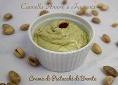 La crema di pistacchi di Bronte fatta in casa è una delicata, profumata crema spalmabile da usare per preparare dolci, gelati o da mangiare così.