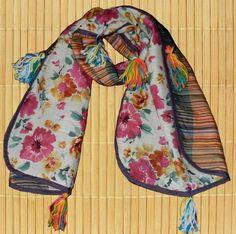 Cachecol Patchwork com pompons em lã e florzinhas de crochê. R$55,00