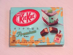 This mint Kit Kat was so delicious - much nicer the the mint Kit Kats here in the UK! Japanese Drinks, Japanese Treats, Japanese Food, Kit Kat Flavors, Japanese Kit Kat, Night Food, Strawberry Cakes, Cute Korean, Cute Food