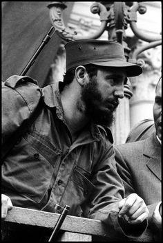 Santa Clara, Cuba. 5 de enero de 1959. Fidel Castro en el balcón del ayuntamiento, donde pasó horas hablando con las multitudes de la ciudad que había sido liberada por el Che Guevara. Foto de Burt Glinn. Ver también fotografía siguiente.