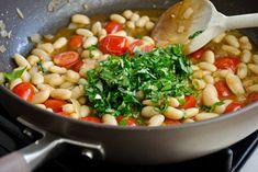 * Ragoût aux haricots blancs ; Pour 4-6 personnes ; Temps de préparation : 15 min ; Temps de cuisson : 25 min ; Ingrédients : 220g d'haricots blancs, 1/4 t. huile d'olive, Un grand oignon, 3 gousses d'ail, 1 t. tomates cerise, 1 t. bouillon de poulet, 1 c.c concentré tomate, 1 c.c vinaigre balsamique, sel et poivre, 2 c.s basilic, 2 c.s menthe