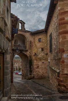 Portal Mayor de Sigüenza.Si queréis gestionar vuestras visitas a Guadalajara, podéis contactar con Guiados en Guadalajara a través del formulario de contacto de la web o ✆ 679 97 65 03.
