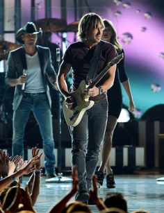 """Keith Urban with Tim McGraw & Taylor Swift in the background, singing """"Highway Don't Care"""""""