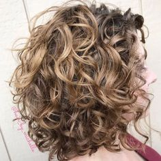 Voluminous Tousled Lob Hairstyle Curly Hair Styles, Curly Hair Tips, Medium Hair Styles, Natural Hair Styles, Updo Curly, Medium Curly, Long Curly, Lob Hairstyle, Easy Hairstyles
