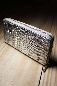 Diferenciada e cool, a carteira Silver Skin traz o toque moderno aos seus acessórios.