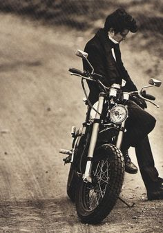 thinctank: Orlando Bloom for GQ Italia by Alexei Hay Motorcycle Men, Motorcycle Style, James Dean Motorcycle, Bike Photoshoot, Photoshoot Ideas, Motorcycle Photography, Legolas, Orlando Bloom, Vintage Motorcycles