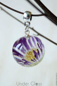 Кулоны, подвески ручной работы. Ярмарка Мастеров - ручная работа. Купить Кулон-шар из ювелирной эпоксидной смолы с фиолетовым цветком астры. Handmade.