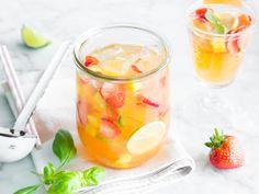 Zutaten für 1000 g Erdbeeren 2 Mango 2 Bund Basilikum 2 Flasche Weißwein 200 ml Apfelsaft 200 ml Mangosaft 14 Esslöffel brauner Zucker 8 Limetten 24 Eiswürfel
