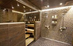 """Lasiovi ja """"ikkunaseinä"""" kylpyhuoneen ja saunan välillä toisi avaruutta pieneen tilaan. Lisäksi saunasta pystyisi hyvin seuraamaan lasten leikkejä kylpyhuoneessa"""