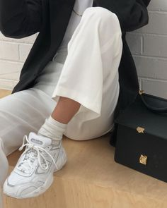 How to style white trousers and sneakers with a black minimalist blazer. Hot to style a suit with trainers for a casual fashion event. How to wear a designer bag and trainers to a fashion show. 70s Fashion, Fashion 2020, Look Fashion, Fashion Online, Fashion Outfits, Socks Outfit, Sneaker Trend, Sneaker Outfits, Sneakers Mode