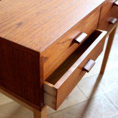 Vintage Small chest/脚が長くすっきりとした印象を与えてくれます。 小ぶりな引出が4杯ありますので、使い勝手も良さそうです。チーク材とオーク材の組み合わせもデザインポイントになっています。 #家具 #ヴィンテージ #北欧 #キャビネット #デザイン #イギリス #デンマーク
