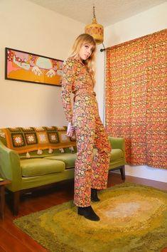 Tendance mode 2020 :leslooks psychédéliques les plus... - Grazia.fr Vintage Clothes 70s, Vintage Outfits, Robe Baby Doll, Pinterest Mode, We Wear, How To Wear, Designer Jumpsuits, Costume, Photo Look