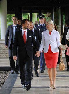 Mette-Marit de Noruega rinde homenaje a la mujer indonesia durante su viaje oficial #royals #royalty #realeza