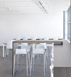 PANALPINA   Turn-key inrichting van het Panalpina-kantoor op Schiphol. Realisatie van open en creatieve werkplekken, kantine, vergaderruimtes en de ontvangsthal. Een prachtige opdracht op een unieke, dynamische locatie! Ook de vergader- en werkplekken hebben een open karakter waardoor het uitzicht op de start- en landingsbanen behouden blijft.  Locatie: Amsterdam, Schiphol   Inrichting: Realisatie van vloeren, wanden en meubels   Ontwerper: Team PVO Interieur.