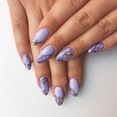 Dziś prezentujemy zdobienie w kolorach ametystu. 💜 Odcieniami bazowymi tego manicure jest kolor Tiger Lily oraz Dark Pop z kolekcji Patricii Kazadi. Pęknięcia zostały wykonane naszymi paint gelami – czarnym i złotym. 🎨 Jaki kamień najchętniej byście odwzorowały w kamiennym manicure? 😊💎 #neonail #neonailpoland #manicurehybrydowy #manicure #hybrydy #stylizacjapaznokci #paznokcie #ametyst #nailart #nails #nailove #nails2inspire